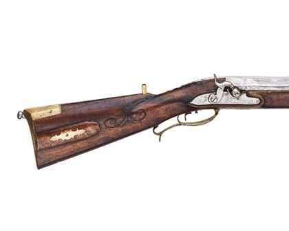 Detailansicht des hölzernen Schafts des Zündhütchengewehres.