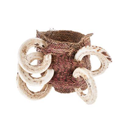 Breites Armband aus Rotang-Geflecht mit fünf eingeflochtenen Muschelringen.