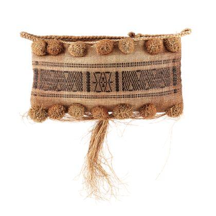 Tasche aus Gräsern in einer Bahn gewebt, umgeschlagen und an den Seiten genäht. Der obere Rand ist mit einem geflochtenen Bast-Zopf eingefasst. Auf der Vorderseite befinden sich oben und unten je eine Reihe von halbkugeligen Grasquasten. Ganz unten sind Gräser zu einem Fransenbündel gebunden. In der Mitte ist ein Ornament-Band eingeflochten.