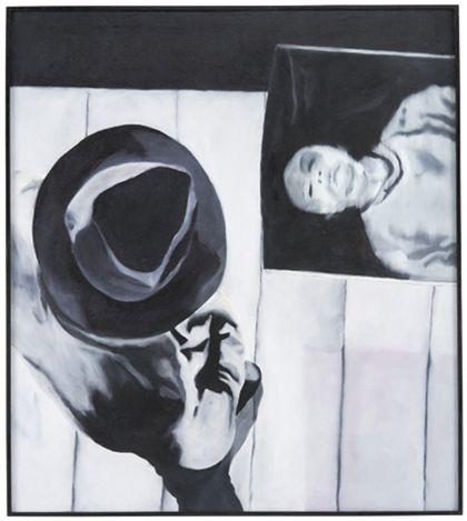 Mann mit Hut von oben, auf Bild mit menschlicher Gestalt blickend in Schwarz-Weiß