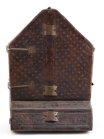 Futteral aus Leder, in das Unterteil des Kreuzes aufbewahrt werden konnte, Rückseite.