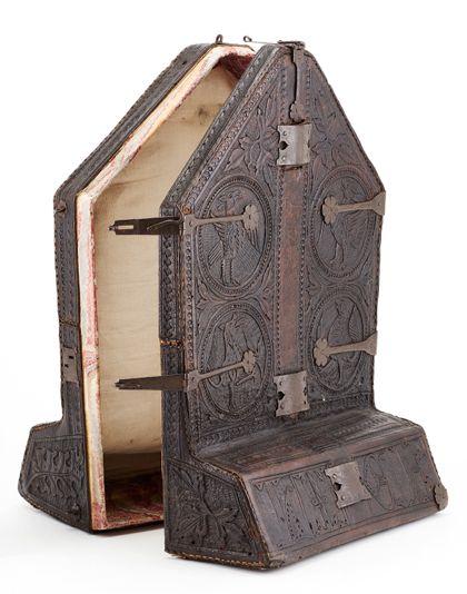 Futteral aus Leder, in das Unterteil des Kreuzes aufbewahrt werden konnte, geöffneter Zustand.