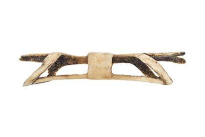 Nasenschmuck aus dem Röhrenknochen des Kasuars. Die zwei schmalen Stege sind verbunden durch einen breiten Ring in der Mitte und zwei schmalen, schräg gestellten außen.