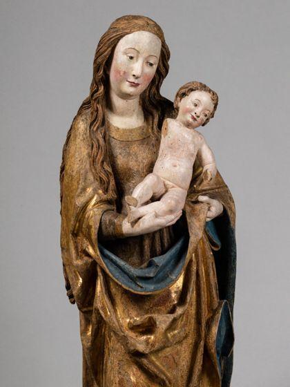 Gefasste Holzskulptur der stehenden Muttergottes mit Kind, Detail von Kopf, Oberkörper und Kind.