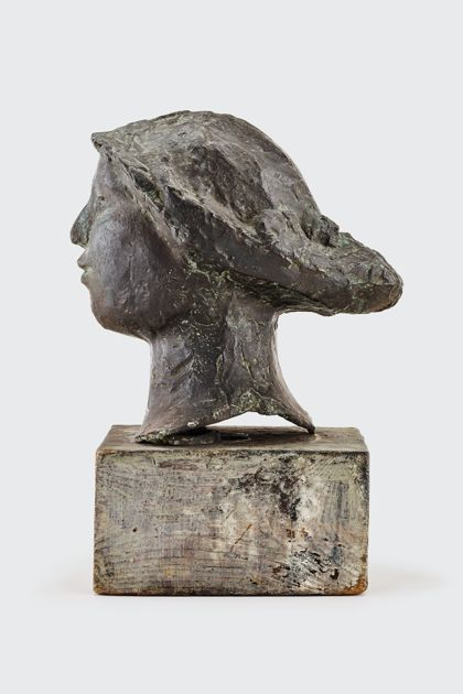 Bronzekopf mit Hut auf Holzsockel, Seitenansicht nach links
