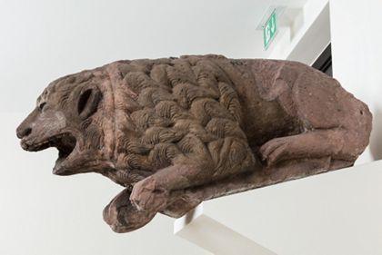 Sandsteinfigur eines Löwes als Wasserspeier, Seitenansicht von rechts.