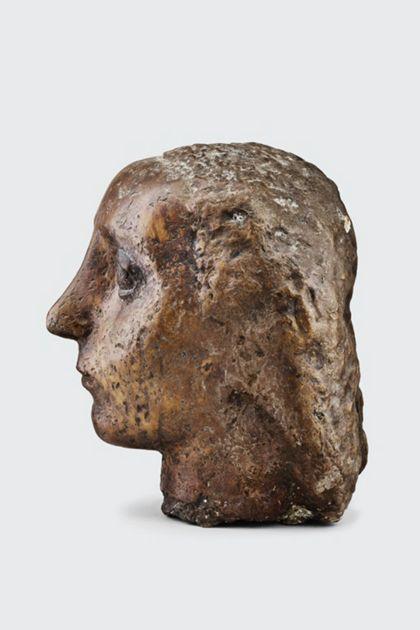 Bronzekopf einer Frau mit gewelltem Haar, Seitenansicht nach links
