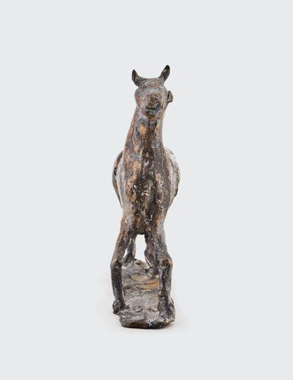 Bronze eines bewegten Pferdes auf Standplatte, Vorderansicht