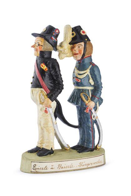 """Zwei unterschiedlich uniformierte Männer stehen hintereinander. Es handelt sich um eine bemalte Tonfigur mit der Aufschrift """"Eisele und Beisele. Bürgerwehr""""."""