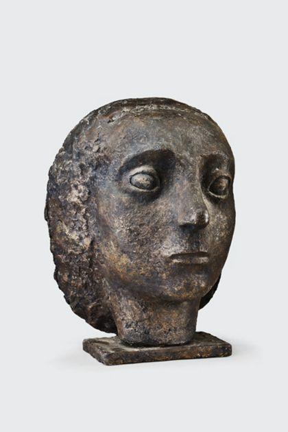 Bronzekopf einer Frau auf schmaler Platte