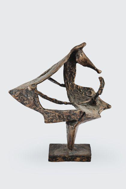 Abstrakte einbeinige Bronzeskulptur mit raumgreifenden unregelmäßigen verbundenen Formen auf rechteckiger Standplatte