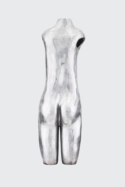 Weiblicher Akttorso aus poliertem Aluminium, Rückansicht