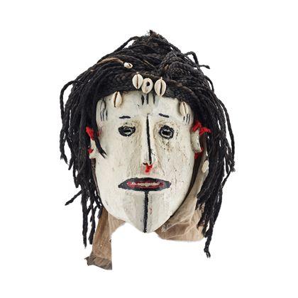 Aus hellem Holz geschnitzte Maske. Das breite Gesicht mit kleinen, rundlichen Augen, schmaler Nase und breitem Mund ist auf der gesamten Gesichtsfläche mit weißer Lackfarbe bemalt. Die vertikalen Tatauierungeslinien in der Stirnmitte und an den Schläfen, die kurzen Augenbrauen, die Augenkontur, die Linie am Nasenrücken, die Lippenkontur und die vertikale Tatauierungslinie zwischen Lippe und Kinn sind schwarz. Die inneren Lippen sind Rot. Aus Pflanzenfasern geflochtene Zöpfe stellen die Haare dar. Die Stirn ist mit Kauris geschmückt.