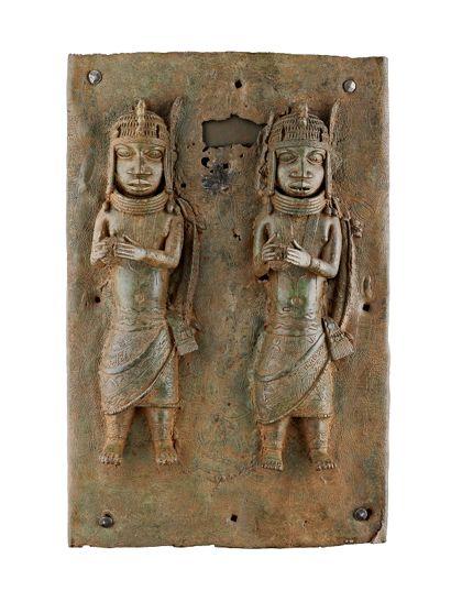 Bronze-Relief mit zwei reich geschmückten Figuren, die einen Ball in den Händen halten.