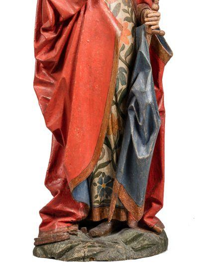 Die gefasste Holzskulptur der heiligen Katharina in langer, vorne geraffter Gewandung hält in der rechten ein Buch, in der Linken ein Schwert, Detail der unteren Partie der Skulptur.