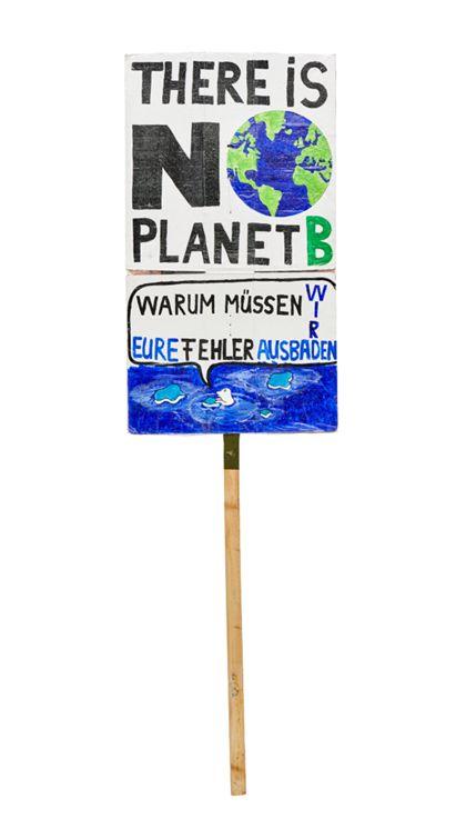 """Plakat befestigt an einem Holzstiel mit der Aufschrift """"There is no planet B. Warum müssen wir eure Fehler ausbaden?"""""""