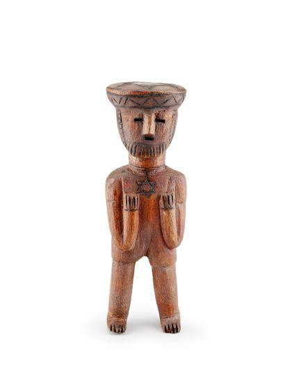 Holzfigur aus Äthiopien. Die Symbolik auf Brust und Kopfbedeckung verweist auf die jüdische Gemeinschaft Äthiopiens.