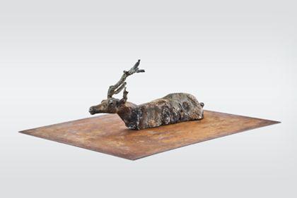 Rentierkörper aus Metall ohne Beine auf Platte montiert