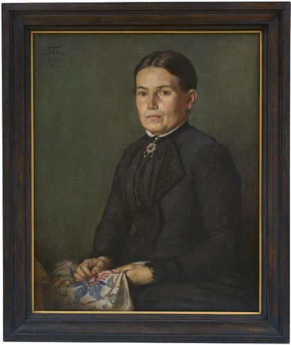 Portrait einer Frau, ganz in schwarz, ein besticktes Tuch haltend. Schwarz gerahmt.