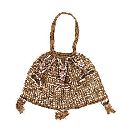 Eine aus Kokosfaserschnur geschlungene Tasche, die reich mit Nassa-Schnecken besetzt und eingearbeiteten Rotang-Streifen verziert ist.
