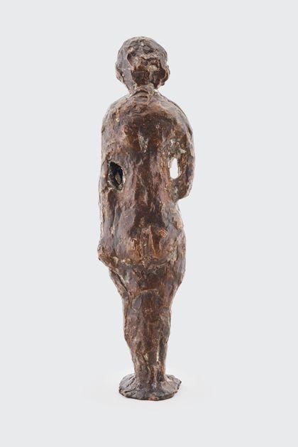 Bronzefigur einer Stehenden mit abgewinkeltem Arm, Rückansicht