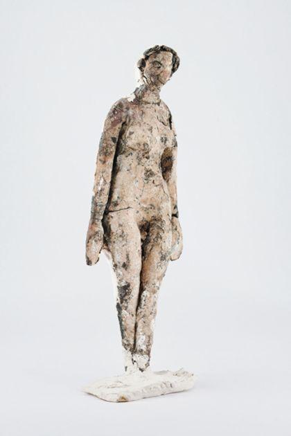 Gipsfigur eines stehenden weiblichen Aktes mit farbiger Fassung, herabhängenden Armen und vorgestelltem linkem Fuß auf Standplatte
