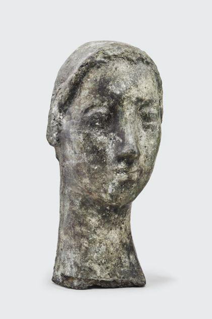 Bronzekopf einer Frau mit Dutt und spitzer Nase