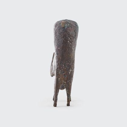 Bronze einer Gemse mit gesenktem Kopf, Rückansicht