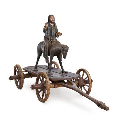 Die Figur zeigt Christus auf dem Palmesel auf einem Wagen, Vorderansicht von schräg rechts.