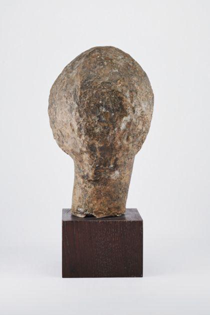 Bronzekopf einer jungen Frau oder eines jungen Mannes auf Holzsockel, Rückansicht