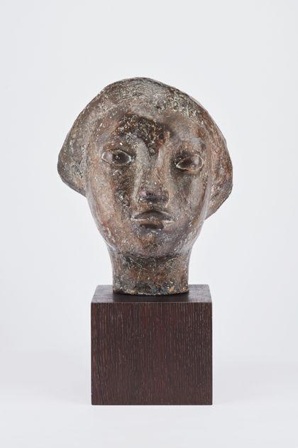 Bronzekopf einer jungen Frau mit mandelförmigen Augen und kurzem Haar auf Holzsockel, Vorderansicht