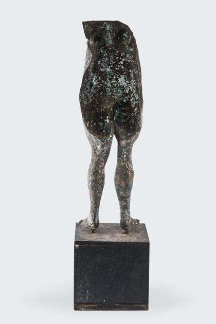 Bronzeplastik eines stehenden weiblichen Torso auf Holzsockel, Rückansicht