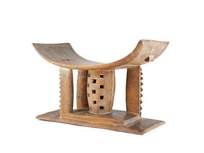Sitz aus braunem Holz geschnitzt. Die Sitzfläche ist an beiden Seiten gebogen Zwischen Grundbrett und Sitzfläche befinden sich säulenartige Pfeiler.