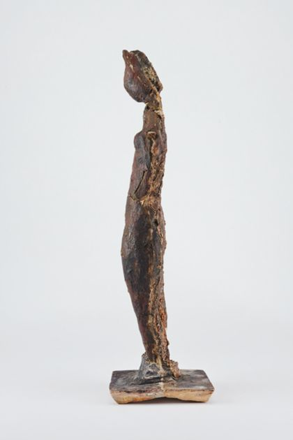 Bronzefigur eines stehenden weiblichen armlosen Aktes, Seitenansicht nach links