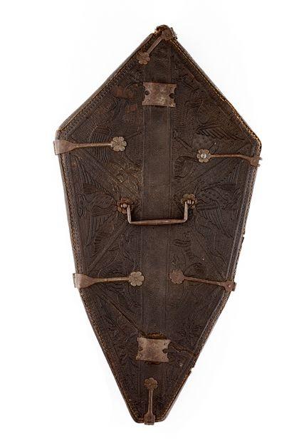 Futteral aus Leder, in dem das Oberteil des Kreuzes aufbewahrt werden konnte.