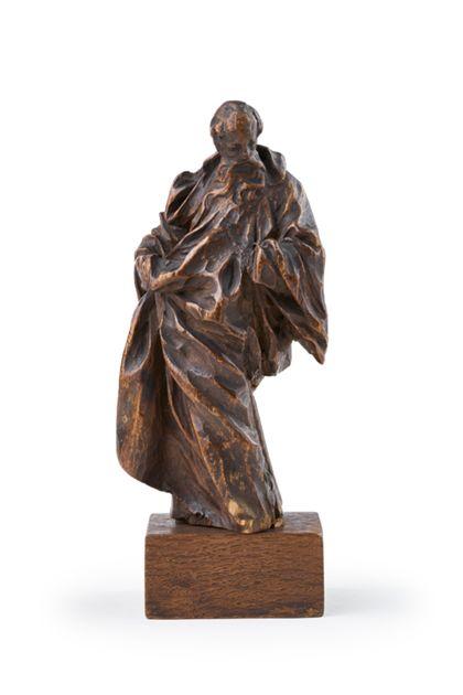 Kleinformatige Holzfigur des in geschwungener Köperhaltung stehenden heiligen Gallus in faltenreicher Gewandung auf einem kleinen Sockel.