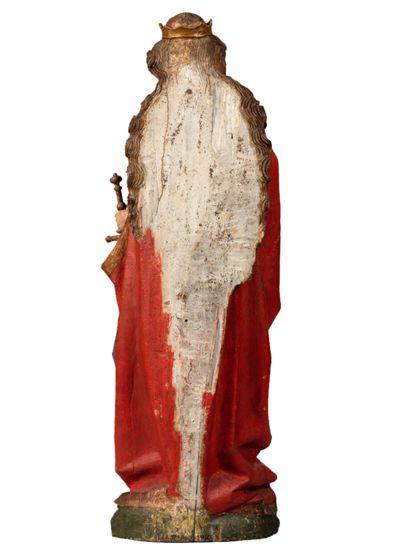 Die gefasste Holzskulptur der heiligen Katharina in langer, vorne geraffter Gewandung hält in der rechten ein Buch, in der Linken ein Schwert, Ansicht der Rückseite.