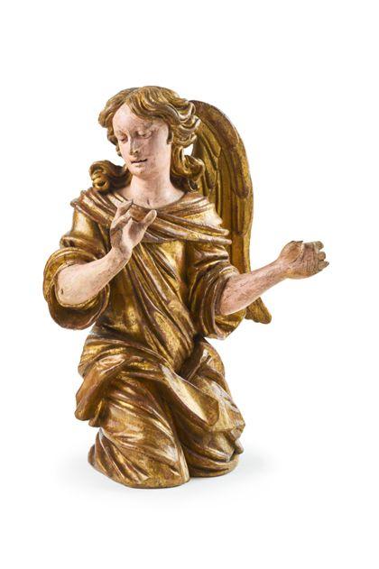 Holzfigur eines knienden Engels mit vergoldetem Gewand, das virtuos drapiert ist.
