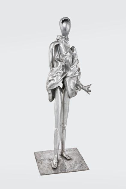 Abstrakte Figur aus poliertem Aluminium mit Tuch, auf einer Platte stehend