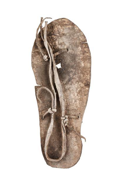 Sandale mit Ledersohle und Riemenbindung.