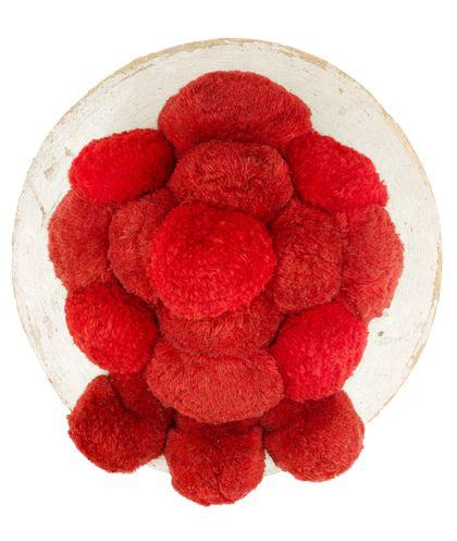 Breiter Hut mit weißer Krempe und roten Bollen obenauf