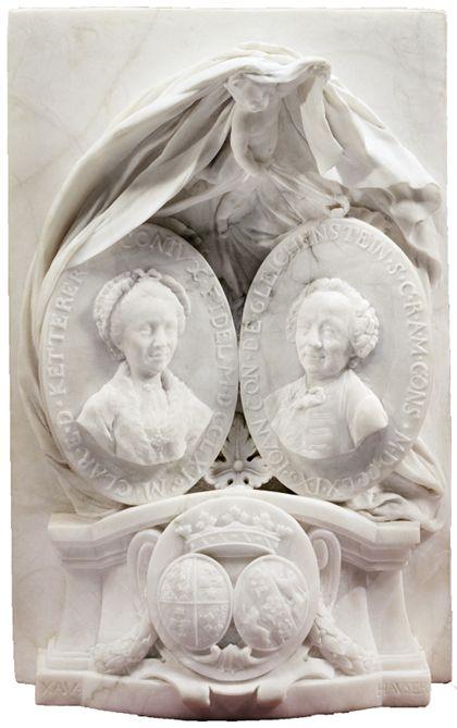 Relief aus Marmor mit zwei Medaillons, die auf einem altarähnlichen Podest stehen. Am Sockel sind die Wappen des verstorbenen Paares angebracht, während über den Medaillons ein Putto schwebt.