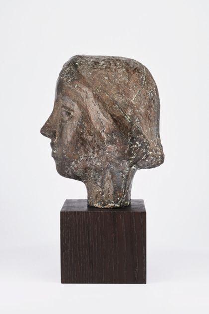 Bronzekopf einer jungen Frau mit mandelförmigen Augen und kurzem Haar auf Holzsockel, Seitenansicht nach links