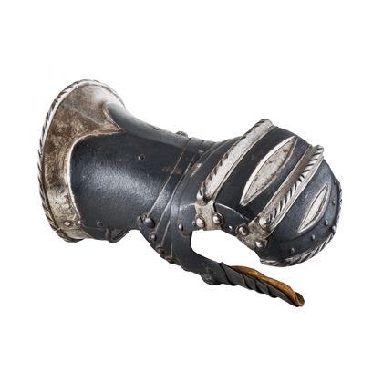 Aufsicht eines Ritterhandschuhs aus Eisenblech. Anthrazitfarbig mit zwei silberfarbigen Erhöhungen auf Höhe der Fingerknöcheln.