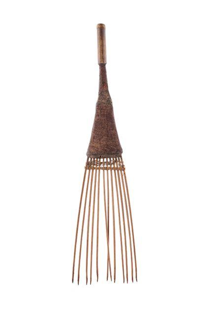 Stäbchen-Kamm aus einzeln eingesteckten Bambus-Stäbchen mit kurzem Holzgriff.