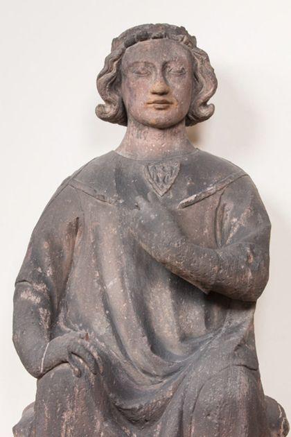 Sitzender Graf mit Stirnreif aus Sandstein, Detail des Oberkörpers.