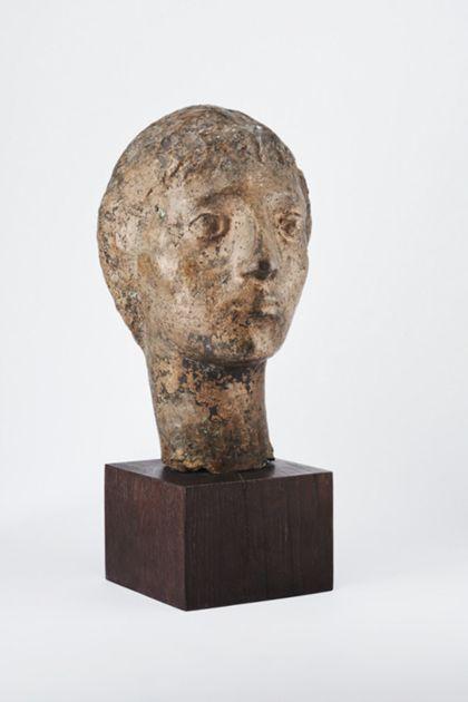 Bronzekopf einer jungen Frau oder eines jungen Mannes auf Holzsockel