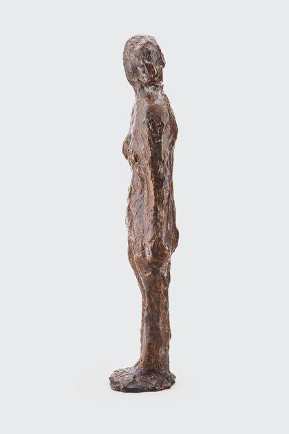 Bronzefigur einer Stehenden mit abgewinkeltem Arm, Seitenansicht nach links