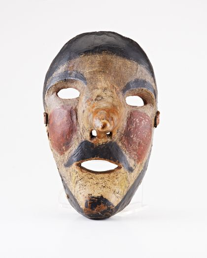 Holzmaske mit langer Nase und schwarz-roter Bemalung