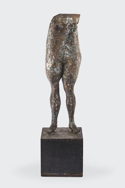 Bronzeplastik eines stehenden weiblichen Torso auf Holzsockel, Vorderansicht